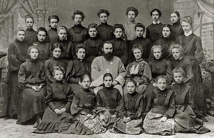 Аня Горенко с классом гимназии 1904-1905 гг.